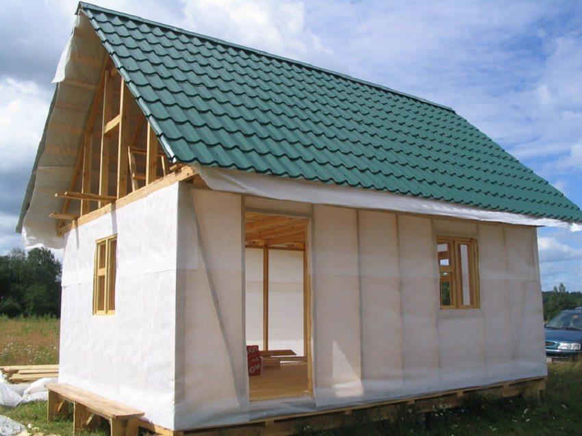 Пароизоляция дополняет свойства утеплителя и продлевает срок службы всей конструкции
