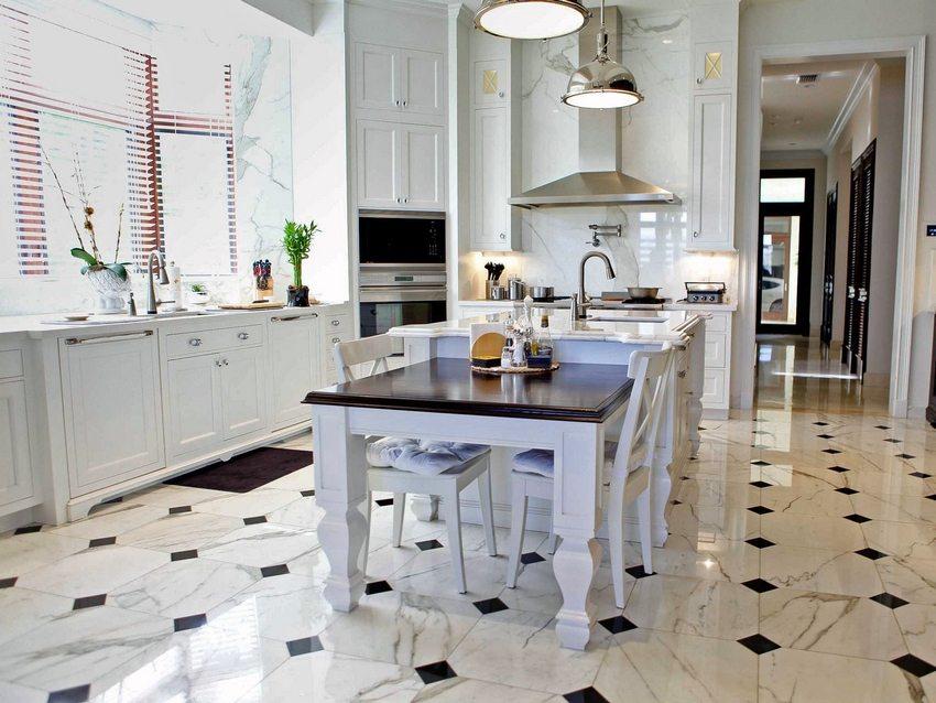В современном интерьере кухни использована напольная плитка разного размера и цвета