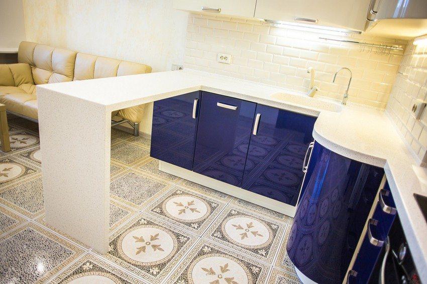 В качестве напольного покрытия в дизайне кухни использована керамическая плитка с орнаментом