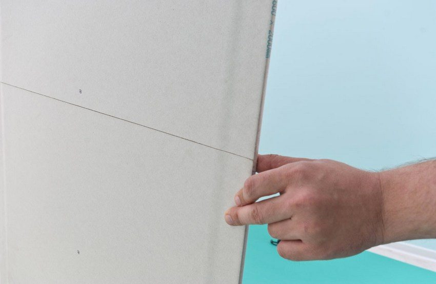 Гипсокартонный лист – идеальное средство для выравнивания поверхности потолка