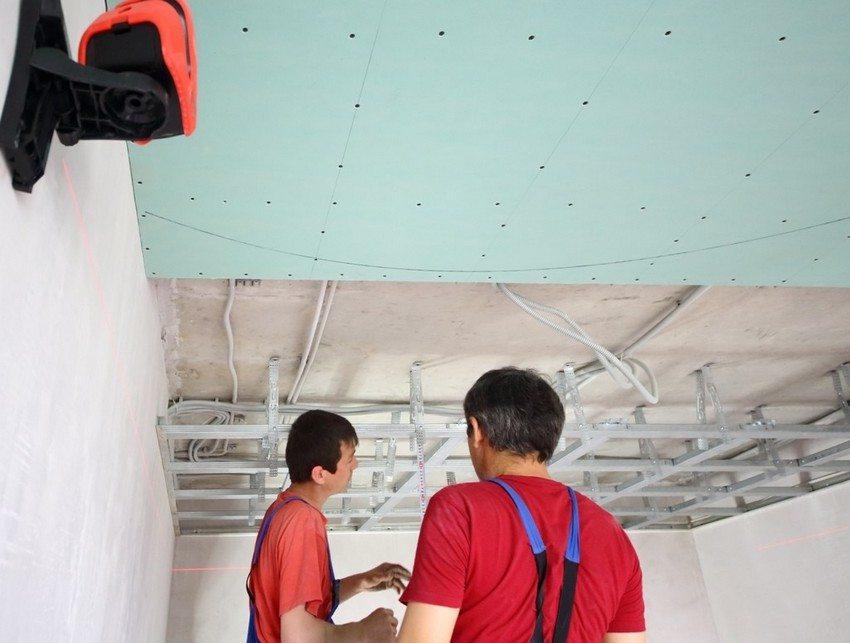 В межпотолочном пространстве легко спрятать трубы и провода