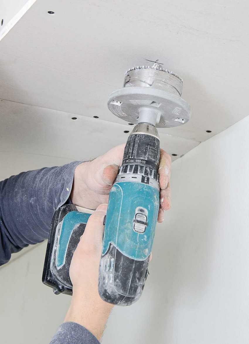 Для вырезания отверстий под светильники используется дрель со специальной насадкой