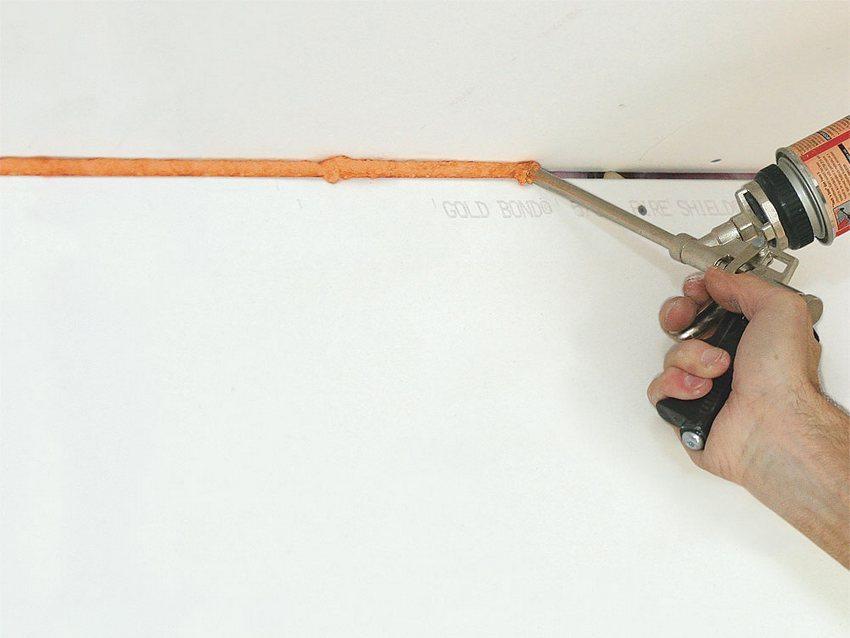 Обработка швов между глистами ГКЛ герметиком
