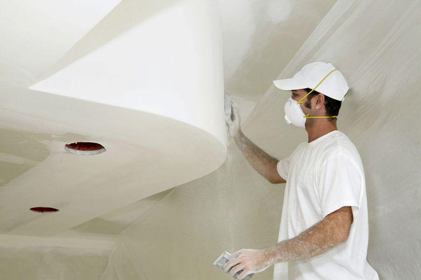 Перед финишной отделкой необходимо убрать с поверхности потолка все неровности