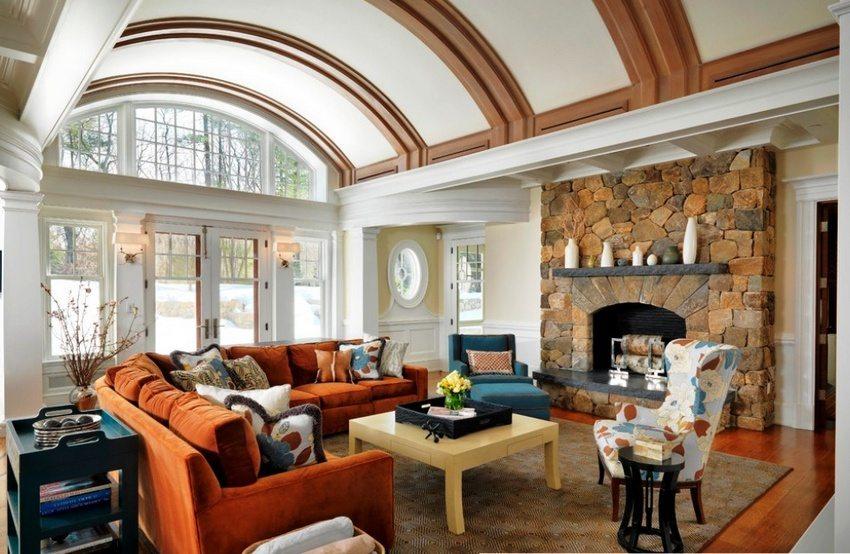 Пластичность гипсокартона позволяет создавать плавные переходы в конструкции потолка, арки и полуарки