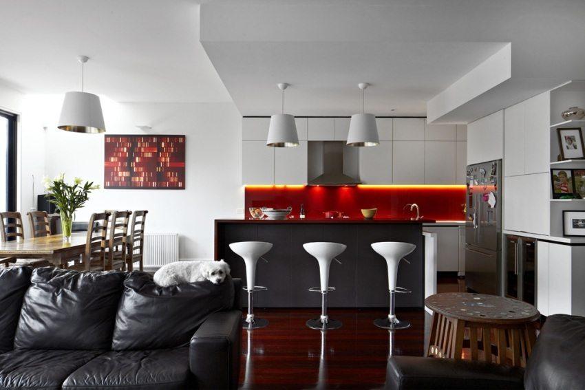 Гипсокартонный потолок в современном дизайне гостиной, совмещенной с кухней