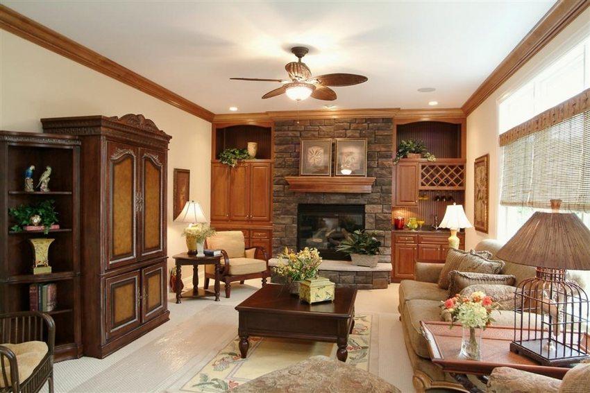 Одноуровневый потолок наиболее подходит для небольшого по размеру зала