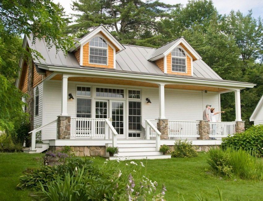 Одноэтажный каркасный дом облицован виниловым сайдингом