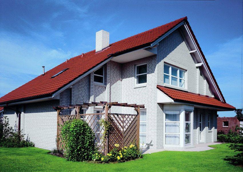 Дом выполнен из силикатного белого кирпича
