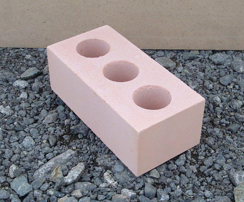 Пустотелый кирпич используется при сооружении облегченных конструкций