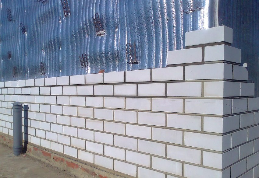 Кладка кирпича на предварительно подготовленную стену