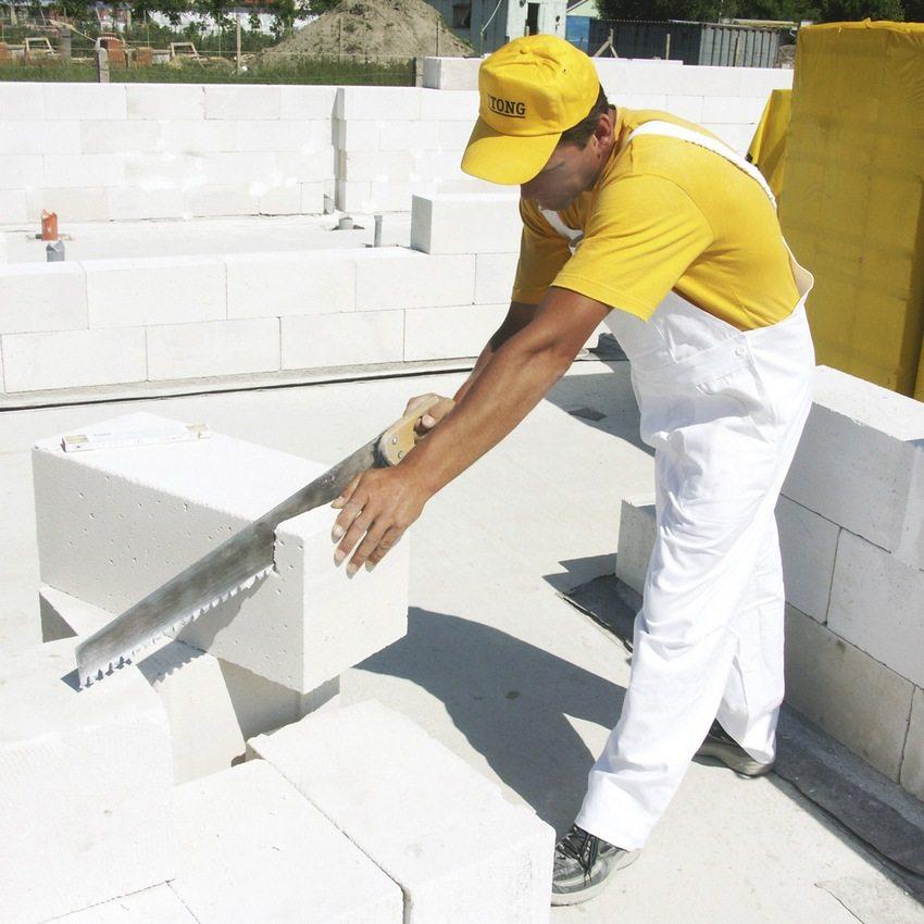 Блоки из ячеистого бетона режутся без особых усилий