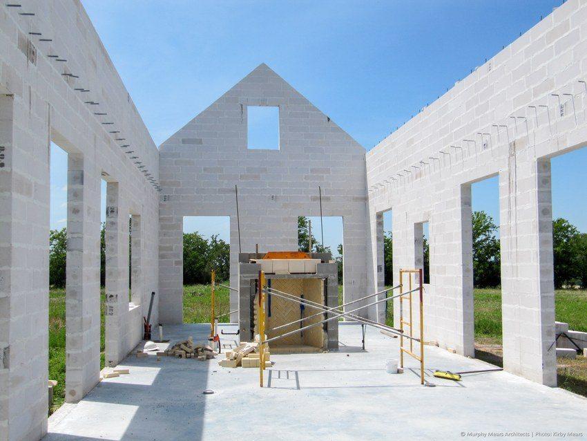 Стены дома построены из пенобетонных блоков
