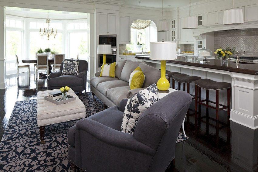 Белая кухня в сочетании с более темным цветом кресел и ярким акцентом в виде подушек
