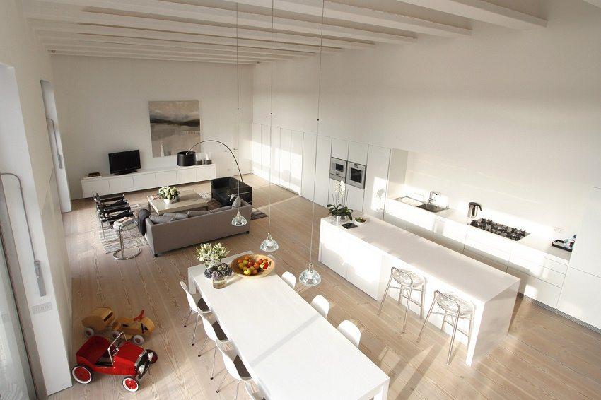 Свежий интерьер с белоснежной кухонной мебелью в минималистском стиле