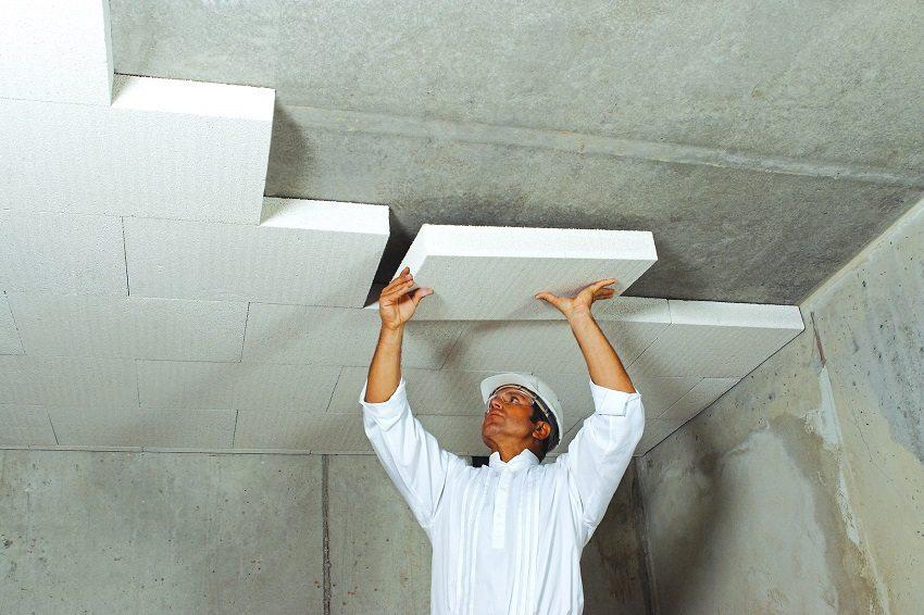 Монтаж утеплителя на потолке выполняется в шахматном порядке