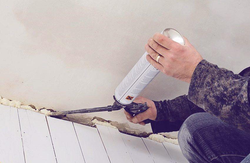 От щелей на лоджии можно избавится с помощью монтажной пены