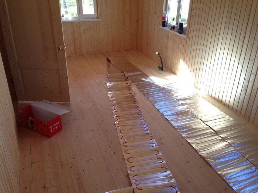 Электрический теплый пол на деревянной поверхности