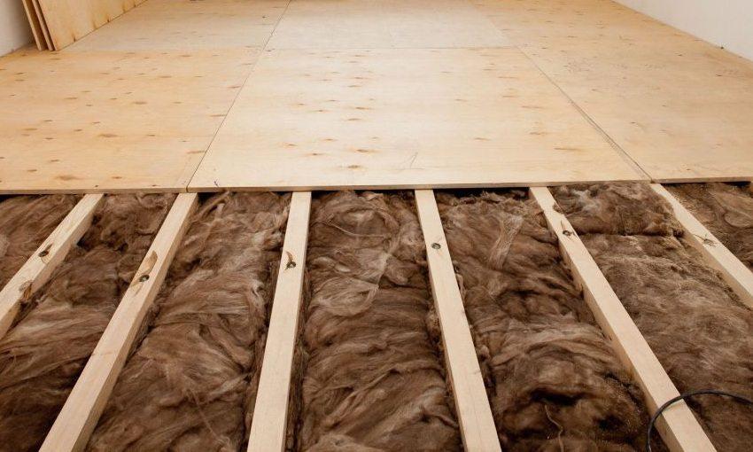Настил листов фанеры на лаги и заполнение пустот каменной ватой