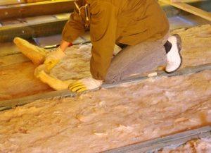 Теплоизоляция пола выполняется с помощью минеральной ваты между балками