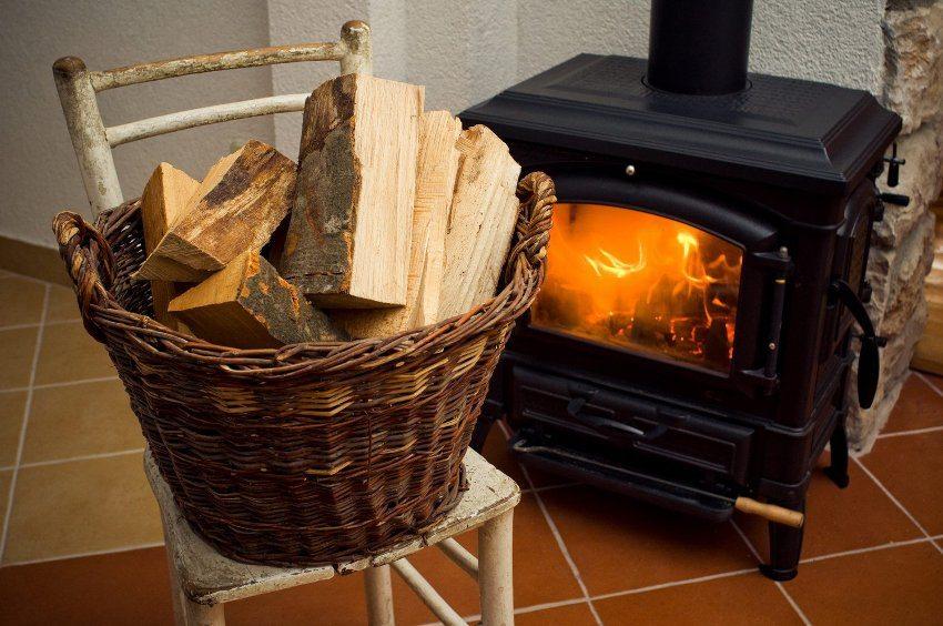 В загородном доме можно использовать печное отопление на дровах