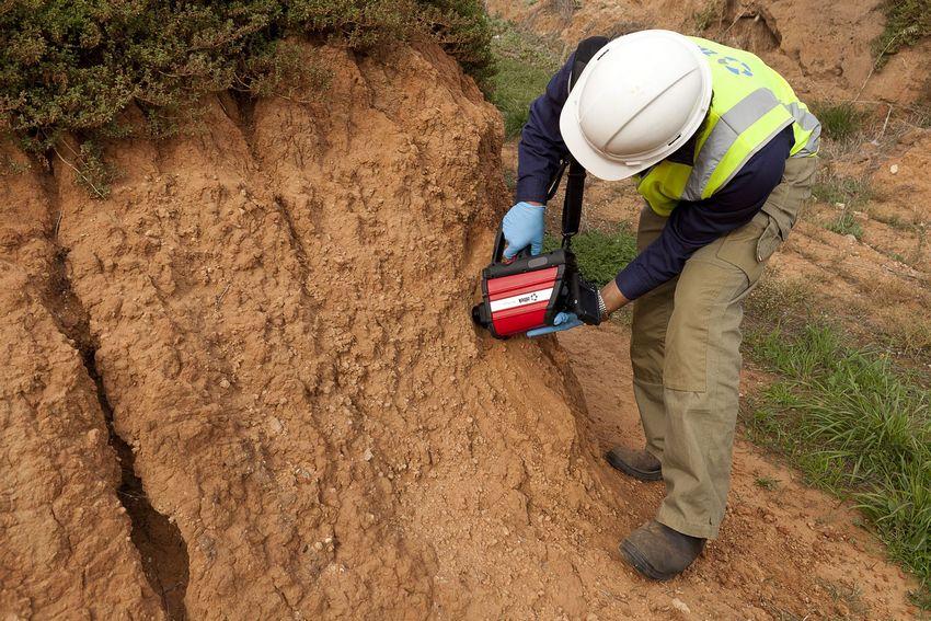 Проведение исследования грунта специалистом