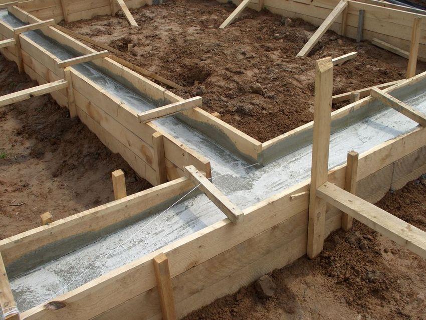 Заливка ленточного фундамента для частного дома