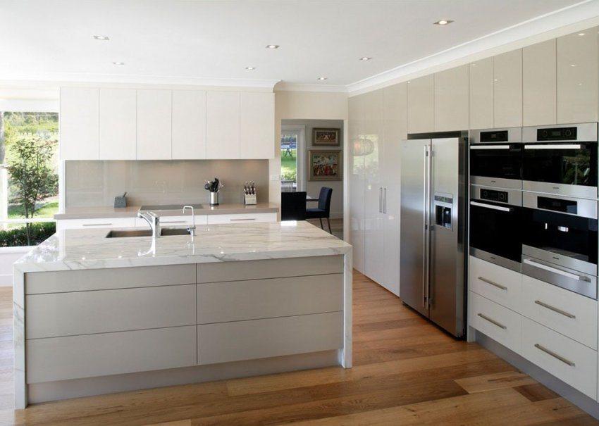 Пол на кухне оформлен с использованием ламината 33 класса