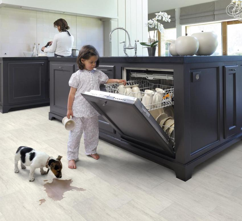 При выборе покрытия для кухни лучше отдать предпочтение водостойкому ламинату