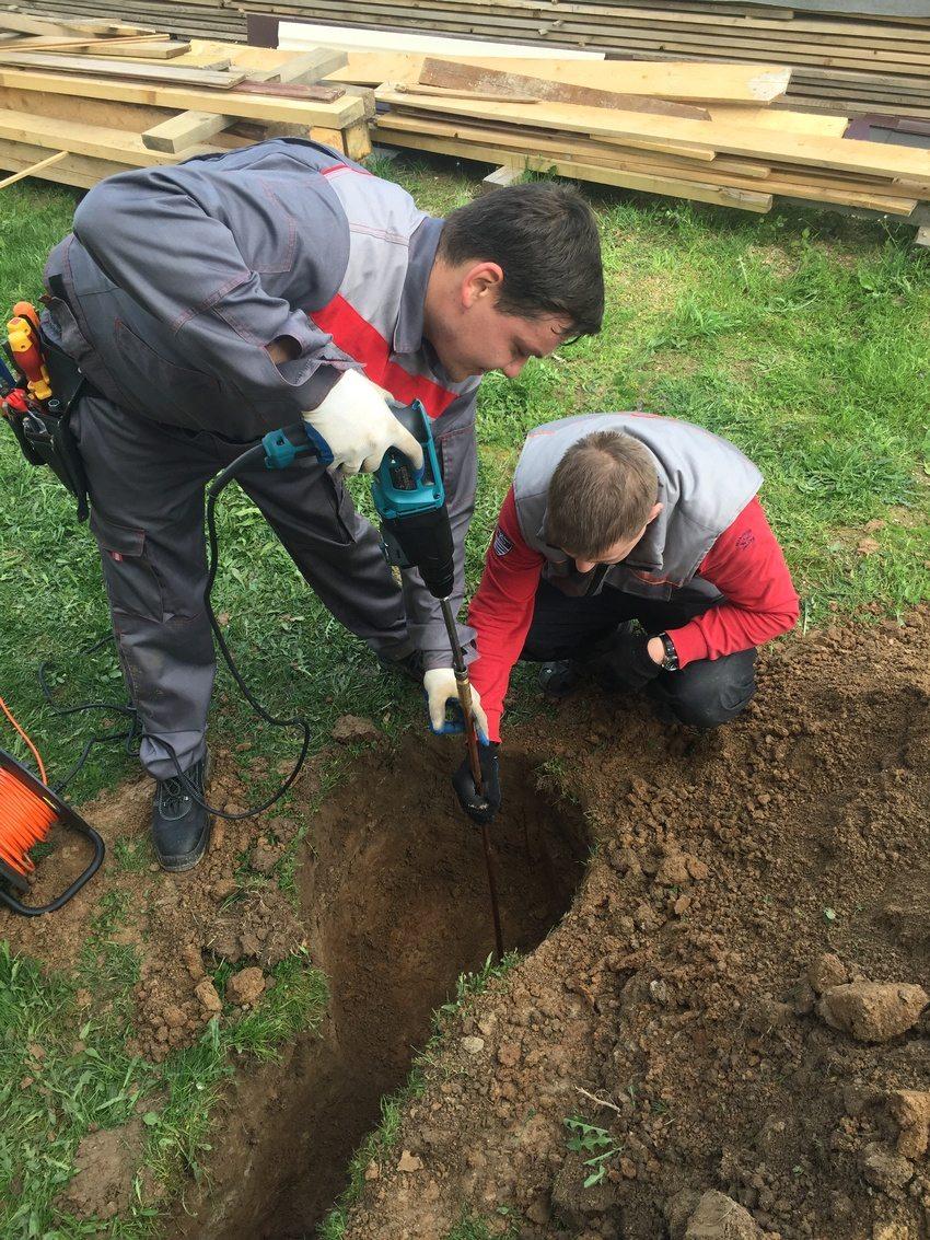 Процесс монтажа контура заземления для загородного дома
