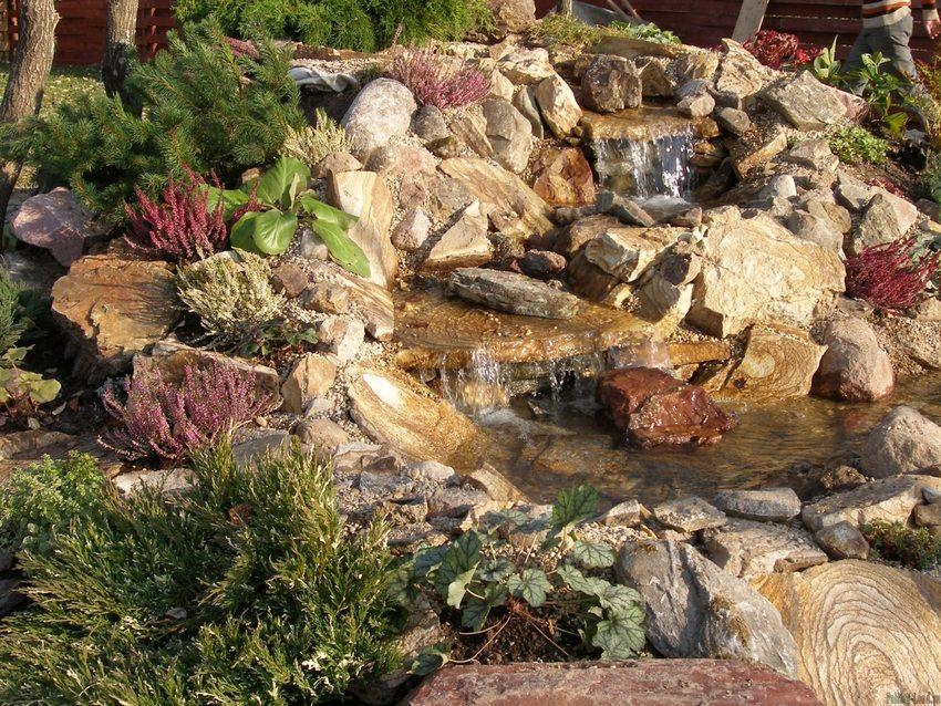 Живописная композиция, в создании которой использовано сочетание различных пород камней