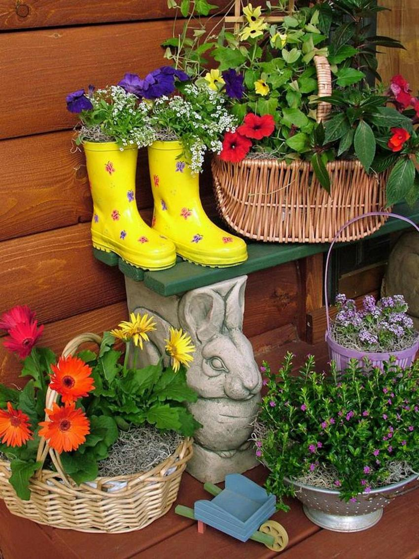 Для создания необычных цветников использованы ненужные вещи