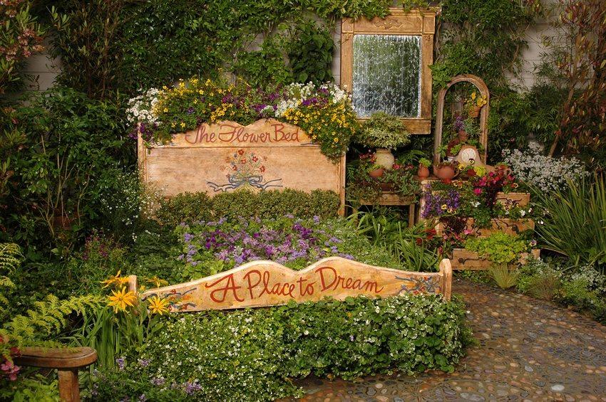 Для оформления цветника из старой кровати отлично подойдут почвопокровные растения