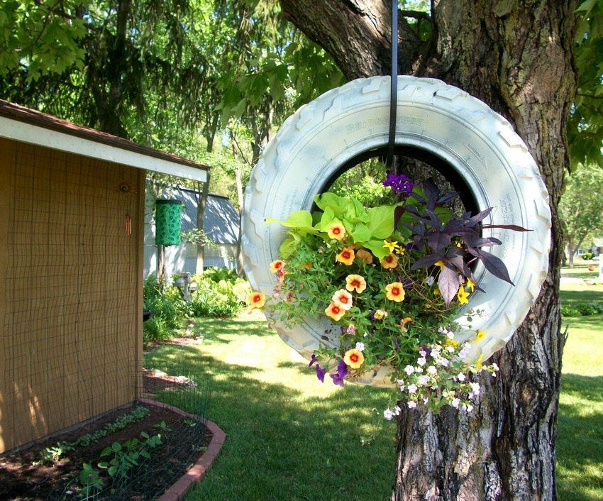 Изношенная автомобильная покрышка может стать уникальным декоративным объектом, украшающим сад