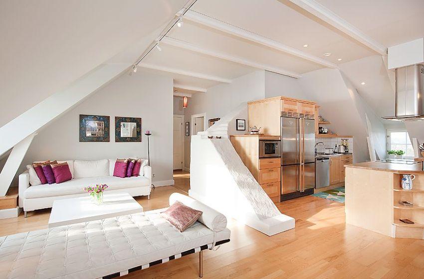 На просторной мансарде обустроена полноценная мини-квартира