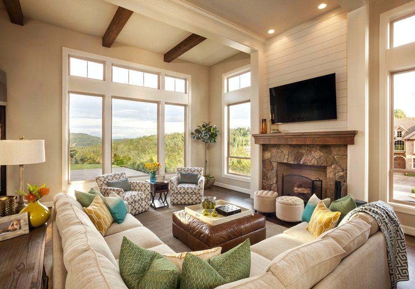 Уютная гостиная с дровяным камином классического дизайна