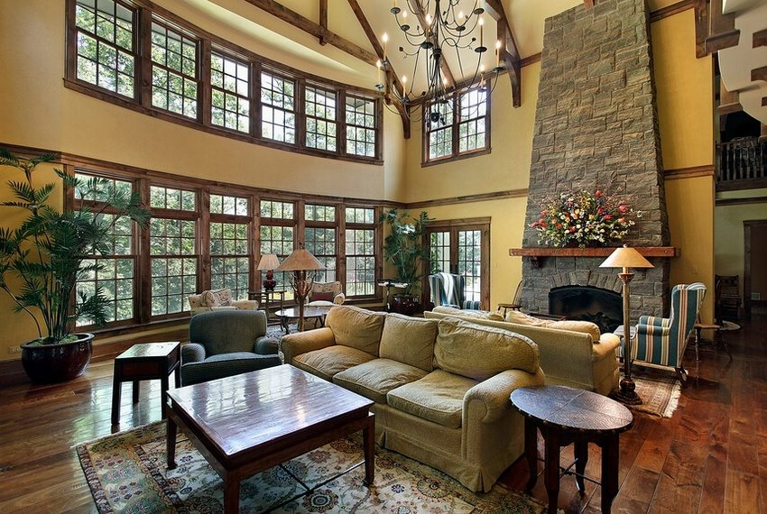 Камин гармонично дополняет интерьер гостиной, оформленной в классическом стиле