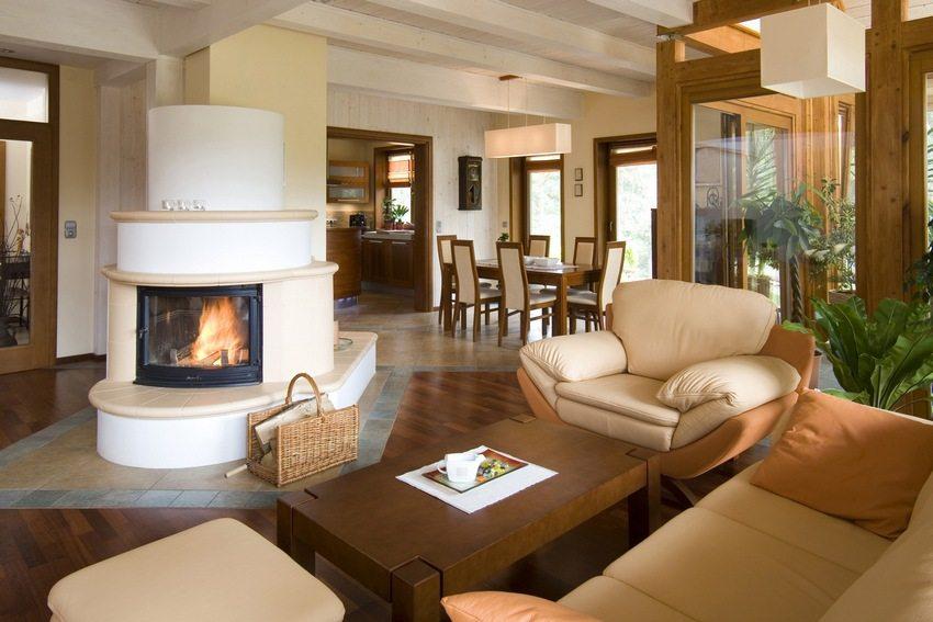 Островной камин служит ключевым элементом дизайна гостиной
