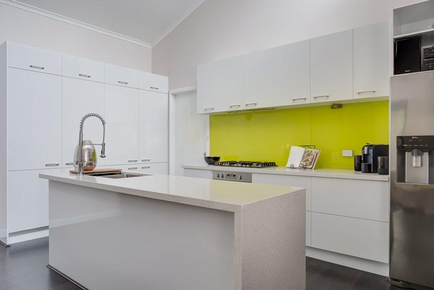 Яркий контрастный фартук на фоне белой кухни