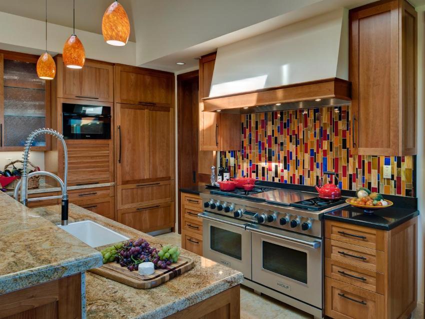 Стеклянный фартук на кухне в классическом стиле