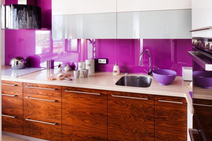 Яркий фартук цвета фуксия на современной кухне
