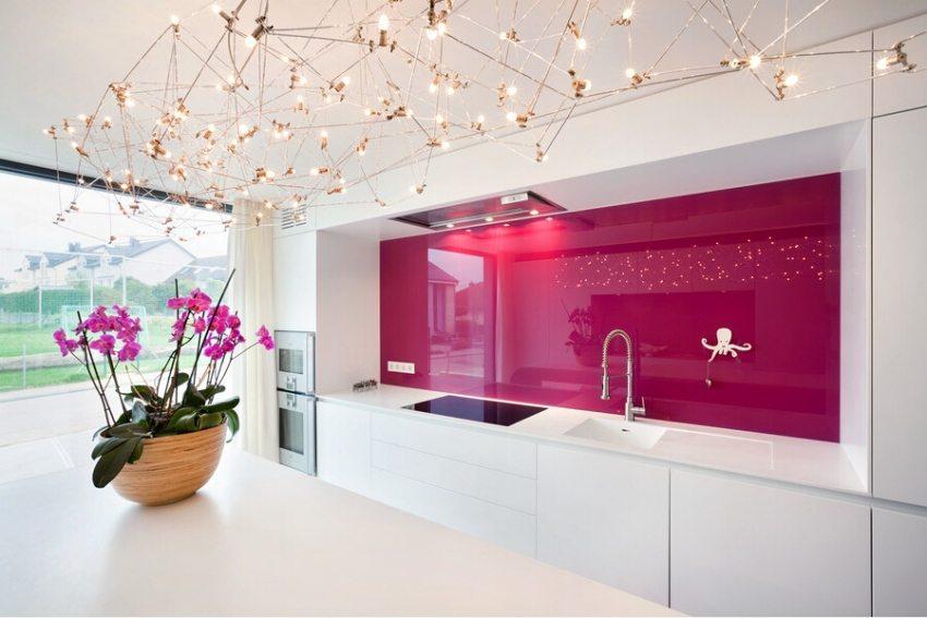 Яркий розовый фартук из поликарбоната на кухне