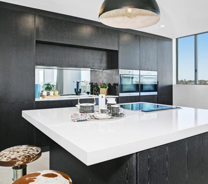 Стильный кухонный фартук из зеркальной панели