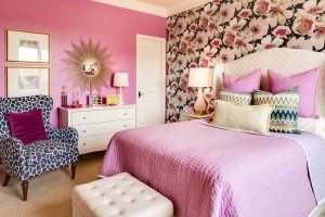 В интерьере маленькой спальной комнаты использовано сочетание обоев двух видов