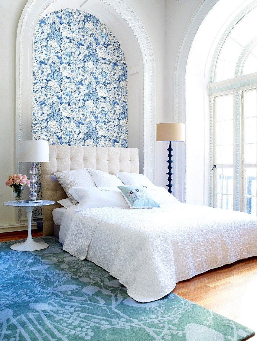 Wallpaper with floral pattern and snow-white in the interior of the bedroom