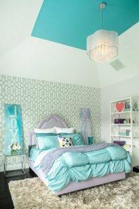 Для оформления стен и потолка спальной комнаты использованы обои нескольких видов
