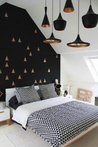 Комбинирование белых и черных обоев гармонично смотрится в общем дизайне спальни