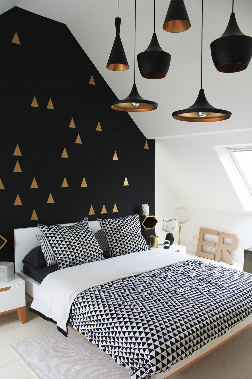 The combination of white and black wallpaper harmoniously looks in the overall design of the bedroom
