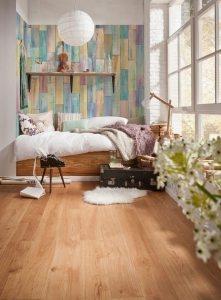Пример зонирования спальни с помощью обоев двух видов