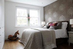 В дизайне спальной комнаты использованы обои двух видов